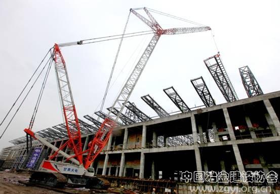 工程核心展览中心的钢结构由24榀倒三角形管桁架组成,每榀管桁架长96